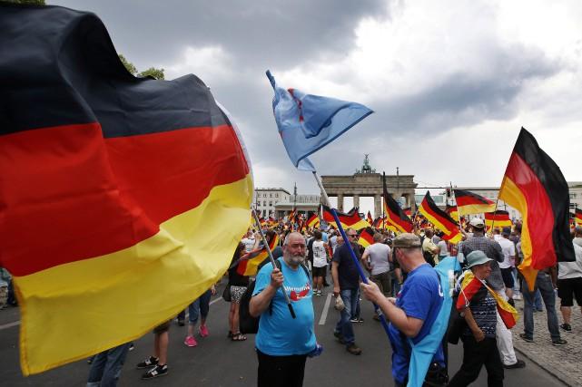 Des partisans du parti d'extrême droite AfD ont... (PHOTO AP)