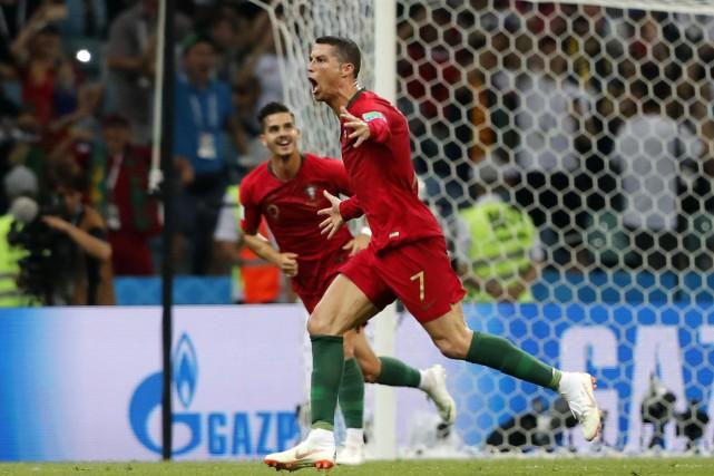 Cristiano Ronaldo célèbre après avoir inscrit son troisième... (Photo Frank Augstein, AP)