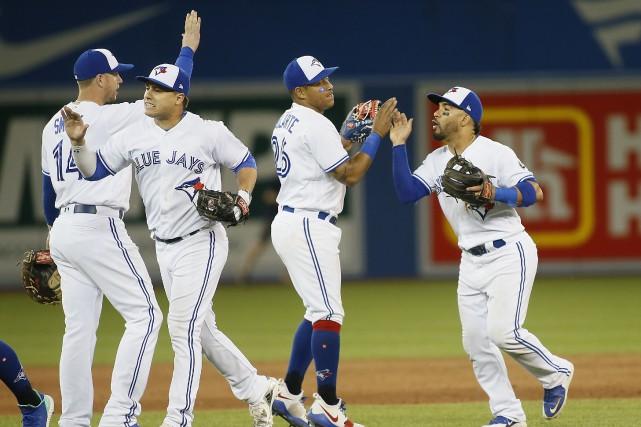 Les joueurs des Jays festoient à la fin... (Photo John E. Sokolowski, USA TODAY Sports)