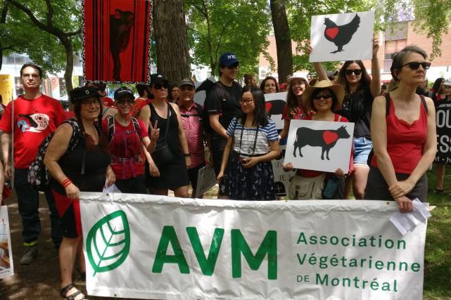 Plusieurs participants à la marche brandissaient des affiches... (PHOTO ASSOCIATION VÉGÉTARIENNE DE MONTRÉAL/TWITTER)