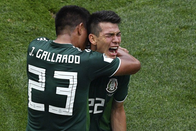 Hirving Lozano célèbre son but avec Jesus Gallardo.... (PHOTO MLADEN ANTONOV, AGENCE FRANCE-PRESSE)