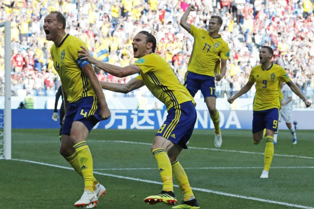 Andreas Granqvist (à gauche) a marqué l'unique but... (Photo Pavel Golovkin, AP)