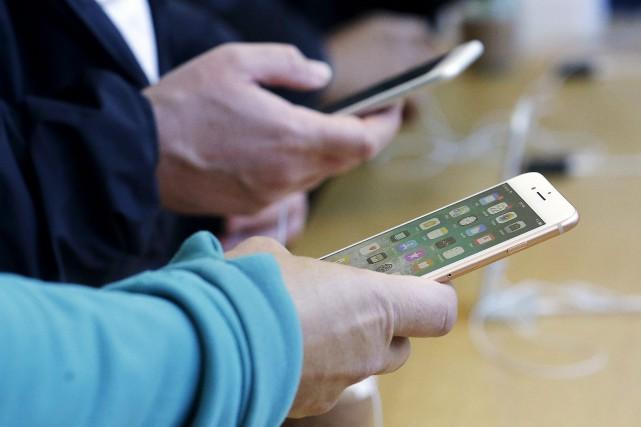 La prochaine fonctionnalité911 d'Apple repose sur la technologie... (Photo Jeff Chiu, archives Associated Press)
