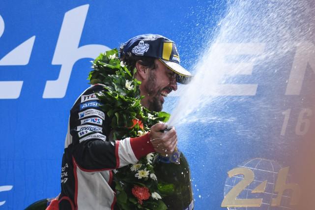 Fernando Alonso fait gicler le champagne après sa... (photo AFP)
