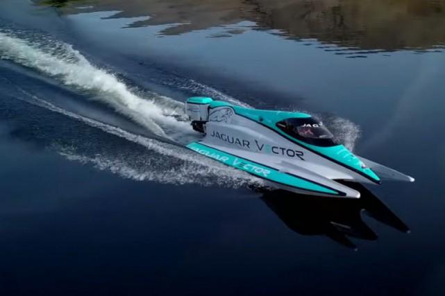 Le V20E, un bateau de course mu par...