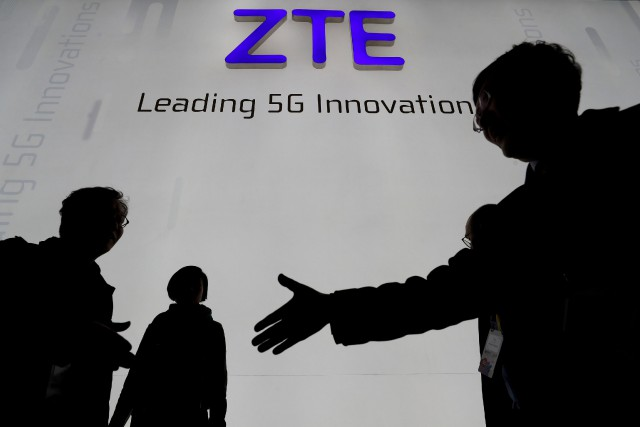 Le titre du géant chinois des télécoms ZTE a plongé de près de 17% mardi à... (PHOTO REUTERS)