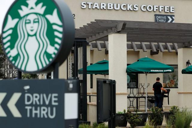 Starbucks est pris en étau dans les grandes... (PHOTO Mike Blake, ARCHIVES REUTERS)