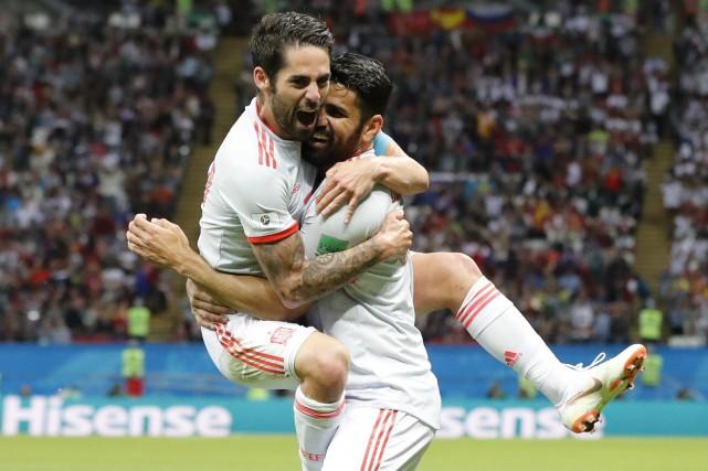 Isco a sauté dans les bras de Diego... (Photo Frank Augstein, AP)