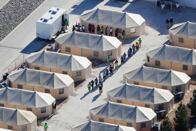 Enfants migrants dans le camp de tentes où... (Photo Mike Blake, Reuters)
