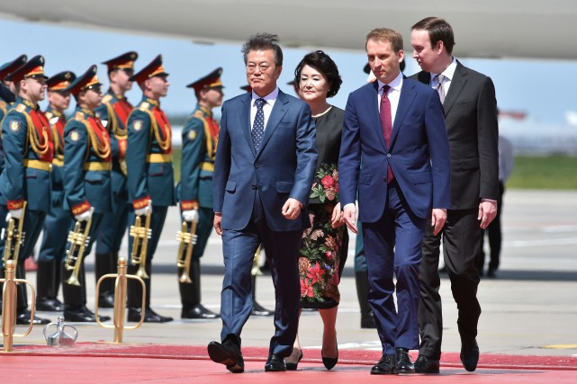 Le président sud-coréen, Moon Jae-in, et son épouse,Kim... (PHOTO Vasily MAXIMOV, Agence France-Presse)