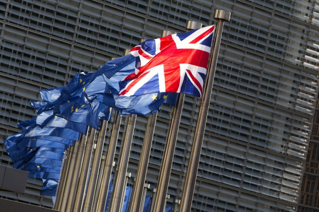 European Union flags and the UK flag flap... (PHOTO VIRGINIA MAYO, ARCHIVES ASSOCIATED PRESS)