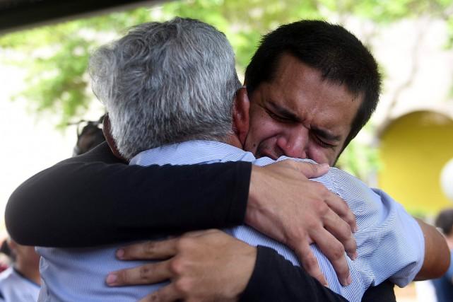 Un homme arrêté lors des récentes manifestations embrasse... (PHOTO MARVIN RECINOS, AGENCE FRANCE-PRESSE)