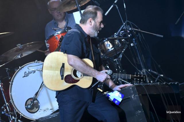 Le chanteur et ses quatre musiciens avaient commencé... (Photo Michel Tremblay, le Quotidien)