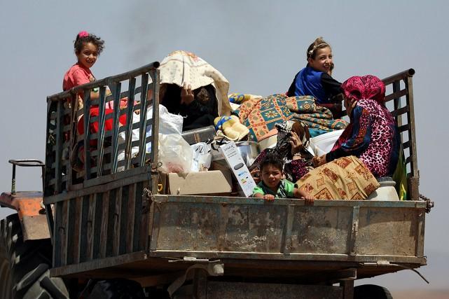Une famille fuit la ville de Deraa avec... (Alaa al-Faqir, REUTERS)