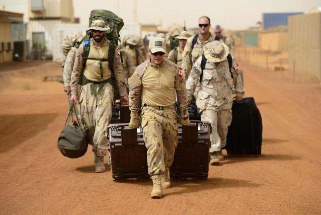 Des soldats canadiens en sueur ont débarqué leur... (PHOTO PC)