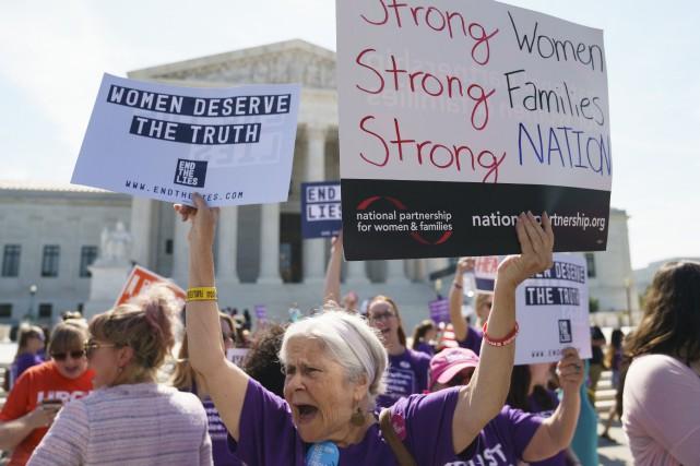 Des manifestants pro-vie devant la Cour suprême des... (Photo Carolyn Kaster, Associated Press)