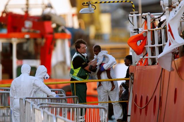 Un important dispositif de sécurité entoure le navire... (Photo Darrin Zammit Lupi, REUTERS)