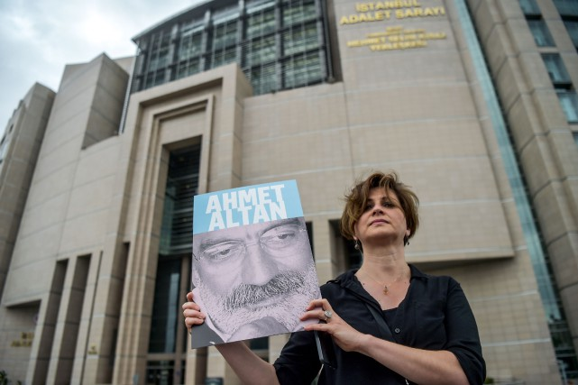 Mehmet Altan, 65ans, présentateur d'une émission télévisée politique,... (PHOTO OZAN KOSE, archives Agence France-Presse)