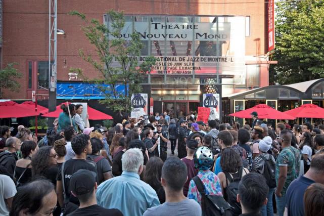 Une centaine de personnes se sont présentées devant... (PHOTO OLIVIER JEAN, LA PRESSE)