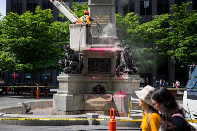 Les deux monuments aspergés de peinture rouge dans... (PHOTO MARCO CAMPANOZZI, LA PRESSE)