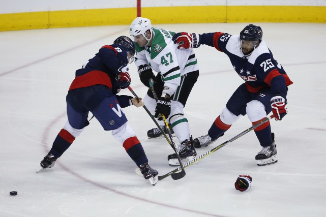 Michal Kempny (6) et Devante Smith-Pelly (25) surveillent... (Photo Amber Searls, archives USA TODAY Sports)