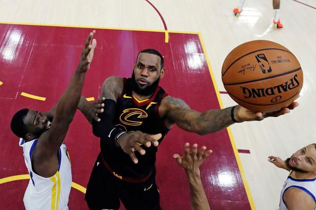 Devenu joueur autonome,LeBron James a toutefois aussi la... (PHOTO GREGORY SHAMUS, ARCHIVES ASSOCIATED PRESS)