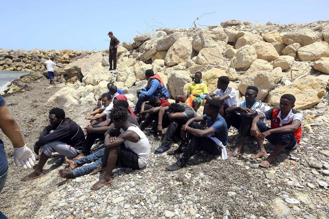 Des migrants ayant survécu à un naufrage au... (PHOTO MAHMUD TURKIA, AGENCE FRANCE-PRESSE)