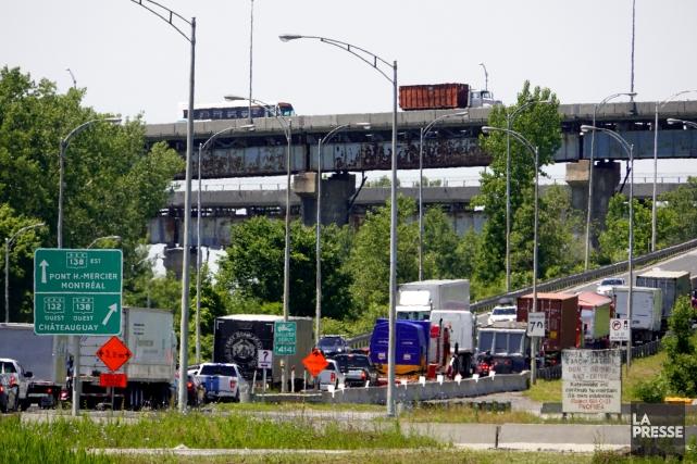 La circulation continuera à être ralentie sur le... (PHOTO BERNARD BRAULT, LA PRESSE)