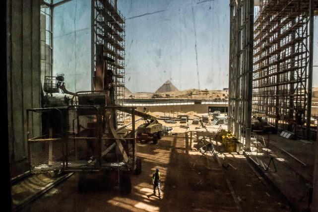 Des immeubles construits à proximité des pyramides, au... (AFP)
