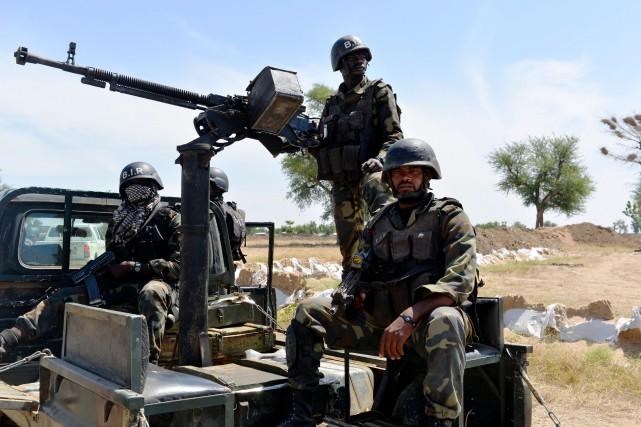 Des soldats camerounais patrouillent dans le nord, près... (PHOTO Reinnier KAZE, archives Agence France-Presse)