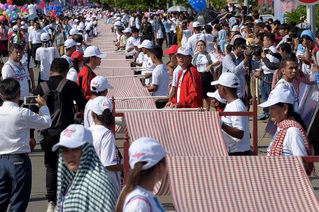Le «krama» géant a été déroulé par des... (TANG CHHIN Sothy, AFP)
