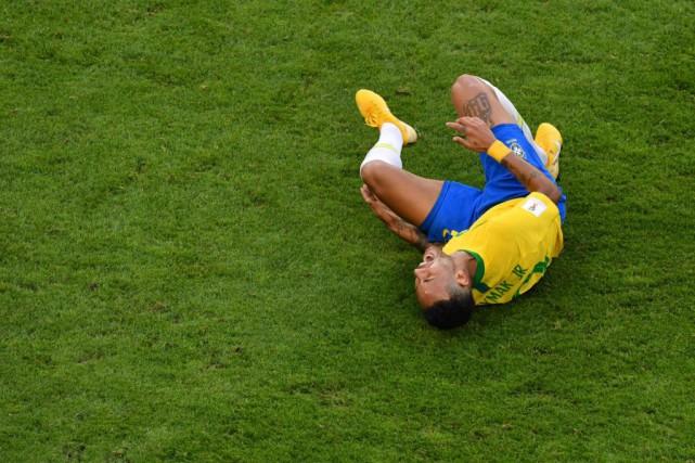 Le mauvais jeu d'acteur de Neymar en exaspère... (PHOTO SAEED KHAN, AGENCE FRANCE-PRESSE)
