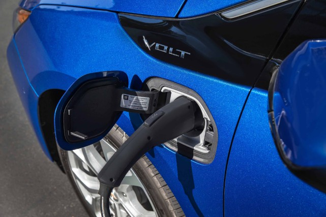 Une hybride Chevrolet Volt durant la recharge. Les... (Photo Chevrolet)