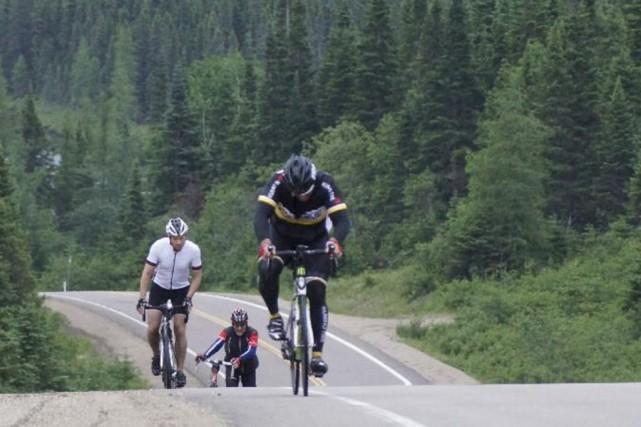 Certaines montées sont si abruptes que des participants... (photo tirée de la page facebook du défi des 21)