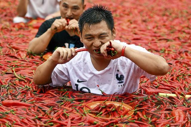 Les piments flottant dans la piscine étaient d'une... (Chinatopix via AP)