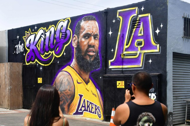 Une murale illustrant LeBron James dans l'uniforme des... (PHOTO AFP)