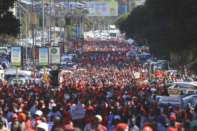 Des milliers de partisans de l'opposition ont manifesté mercredi à Harare pour...