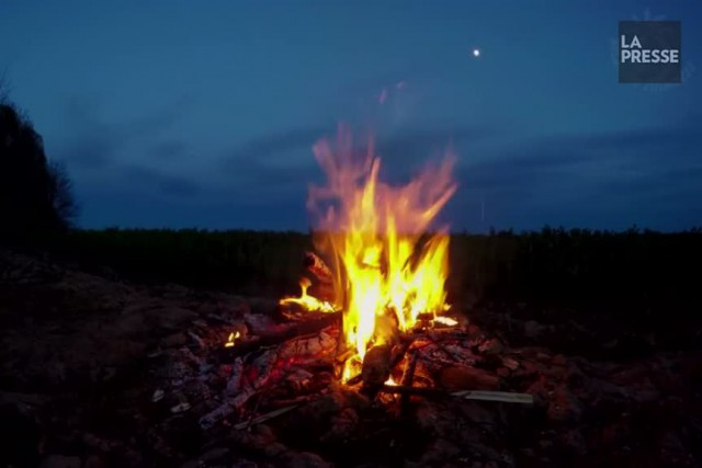 Que ce soit en camping, au chalet ou à la campagne, le feu de camp attire... la... (Photo tirée de Youtube)