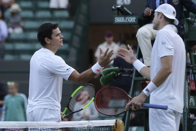 Milos Raonic et John Isner.... (PHOTO AP)