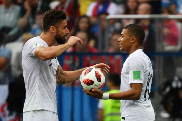 Les attaquants français Olivier Giroud et Kylian Mbappé... (Photo Dimitar Dilkoff, archives AFP)