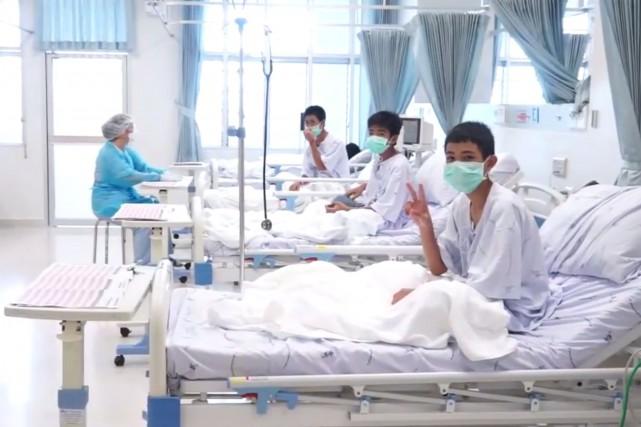 Les 13rescapés thaïlandais de la grotte, jeunes footballeurs, seront invités à... (PHOTO département des relations publiques de Thaïlande et porte-parole du gouvernement, archives AFP)