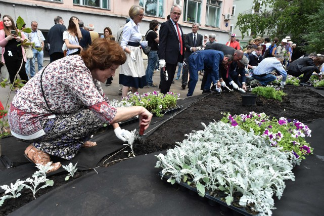 Des fleurs ont été plantées sur une bande... (photo Vasily MAXIMOV, Agence france-presse)