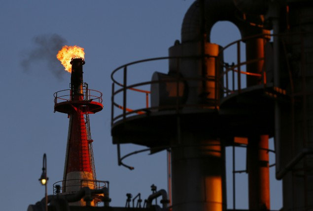 Le cours du pétrole tente de se reprendre... (Photo Thomas Peter, Archives Reuters)