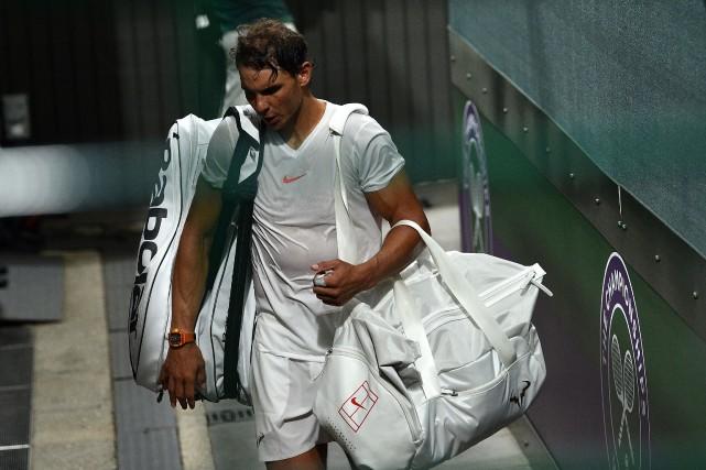 Rafael Nadal quitte le terrain après que son... (Photo Glyn Kirk, Agence France-Presse)