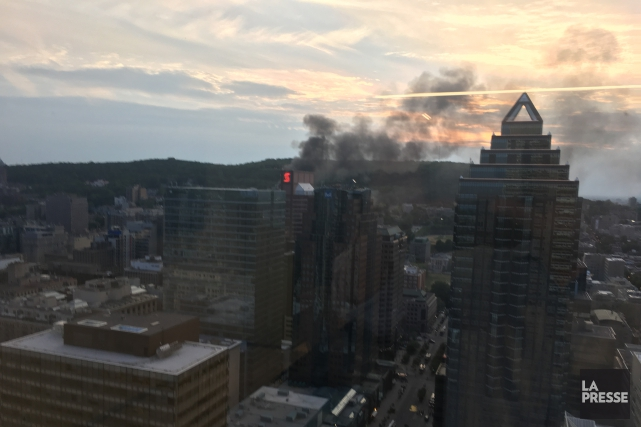 Un deuxième incendie, quelques heures à peine après celui qui a éclaté sur le... (Photo La Presse)