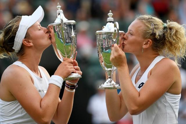 wimbledon krejcikova et siniakova remportent le double dames tennis. Black Bedroom Furniture Sets. Home Design Ideas