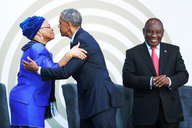 Barack Obama fait la bise àGraça Machel, la... (PHOTO REUTERS)