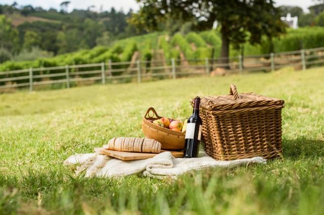 Qu'est-ce qui rend un vin parfait pour le pique-nique? Il est de préférence... (Photo Thinkstock)