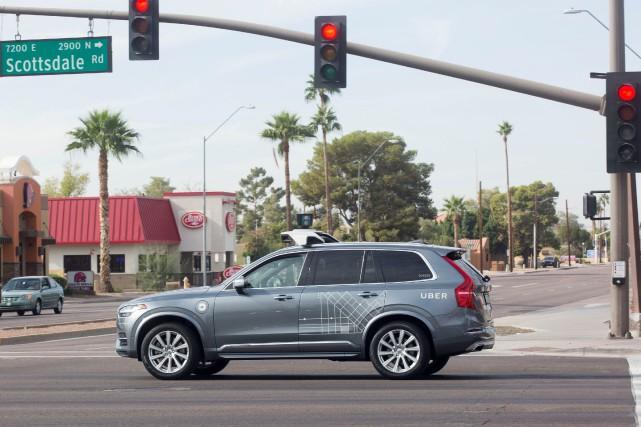 Un véhicule autonome d'Uber sur une rue de... (Photo Natalie Behring, archives REUTERS)