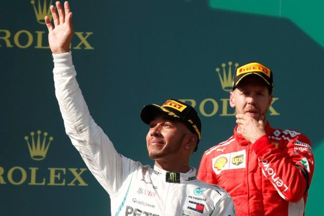 Le pilote Mercedes Lewis Hamilton (à g.) était... (photo REUTERS)